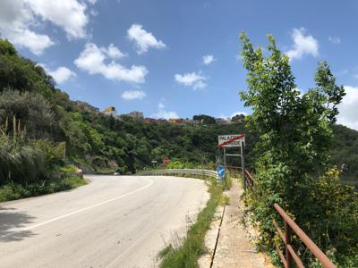 La strada nelle campagne siciliane.