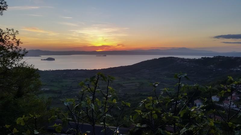 Lago di Bolsena al tramonto, visto da Montefiascone